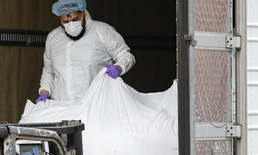 Tallet på corona-relaterte dødsfall i USA har nå passert 4.000, og over 1.700 av dødsfallene har funnet sted i New York. Foto: AP / NTB scanpix