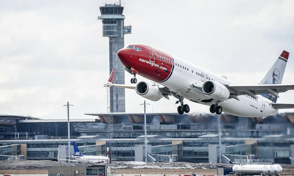 INGEN FERIETRAFIKK ENNÅ: Oslo Lufthavn Gardermoen (OSL) er tom på grunn av de sterke restriksjonene coronaviruset har medført. Noen få fly lander og tar av. Her er et fly fra Norwegian Boeing 737. Foto: Hans Arne Vedlog / Dagbladet