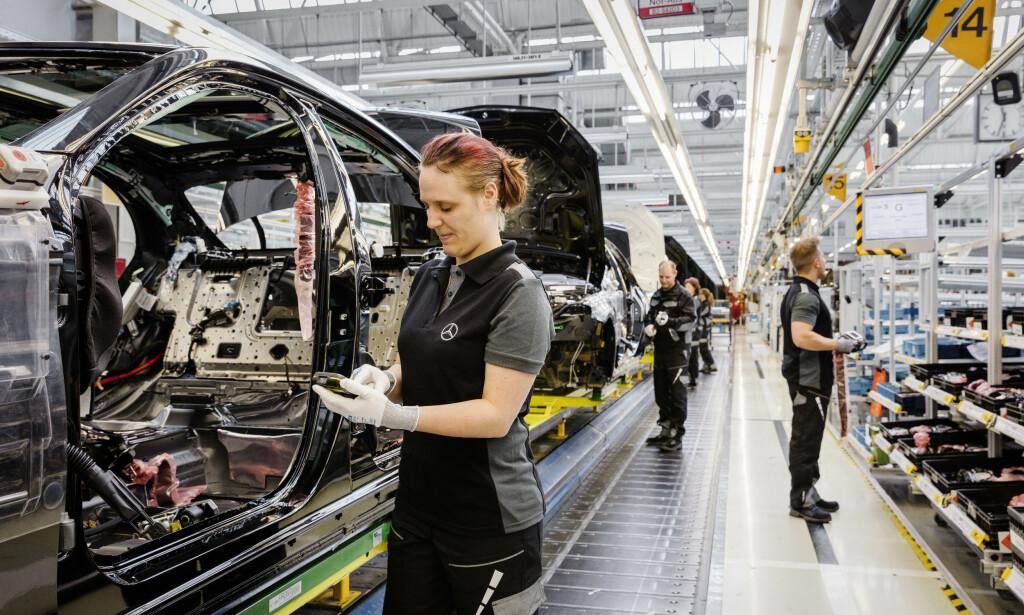 1,1 milloner ansatte er direkte berørt av produksjonsstans ved europeiske bilfabrikker. Her ser vi fra produksjonen av Mercedes S-Klasse. Foto: Mercedes.