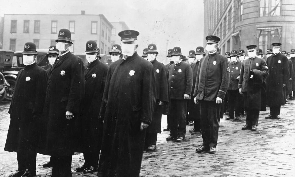 TILTAK: Det var tiltak under spanskesyken også, men de vi har i dag er de første og de strengeste i historien. Her er politiet i Seattle, USA, avbildet med munnbind under utbruddet av spanskesyken i 1918. Arkivfoto: Wikimedia Commons