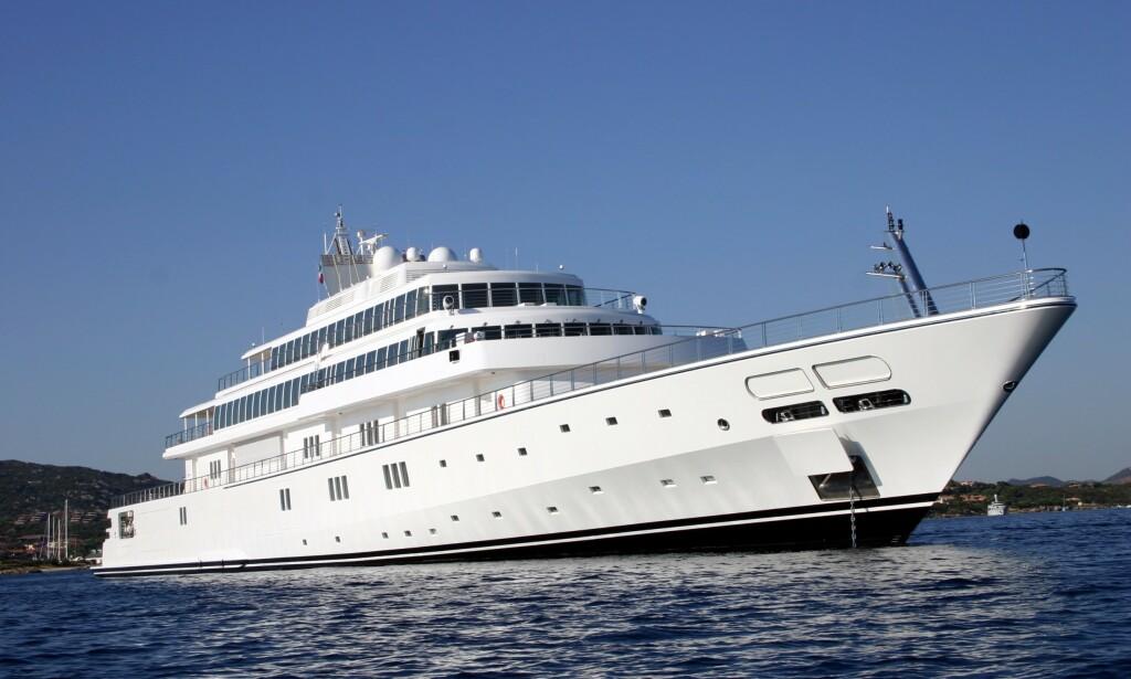 MILLARD-YACHT: «The Rising Sun» er 138 meter lang og er blant verdens desidert største yachter. Den kostet angivelig rundt to milliarder kroner å bygge, men ble sist solgt til Geffen for rundt sju milliarder kroner. Foto: Armando Pietrangeli / REX / NTB Scanpix