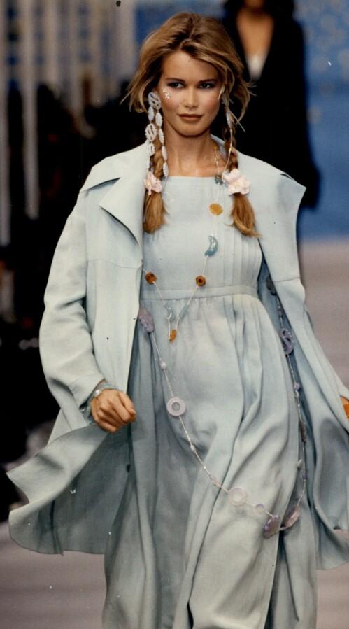<strong>STJERNE:</strong> Her er Claudia Schiffer avbildet på catwalken i den franske hovedstaden i 1992. Foto: NTB Scanpix.