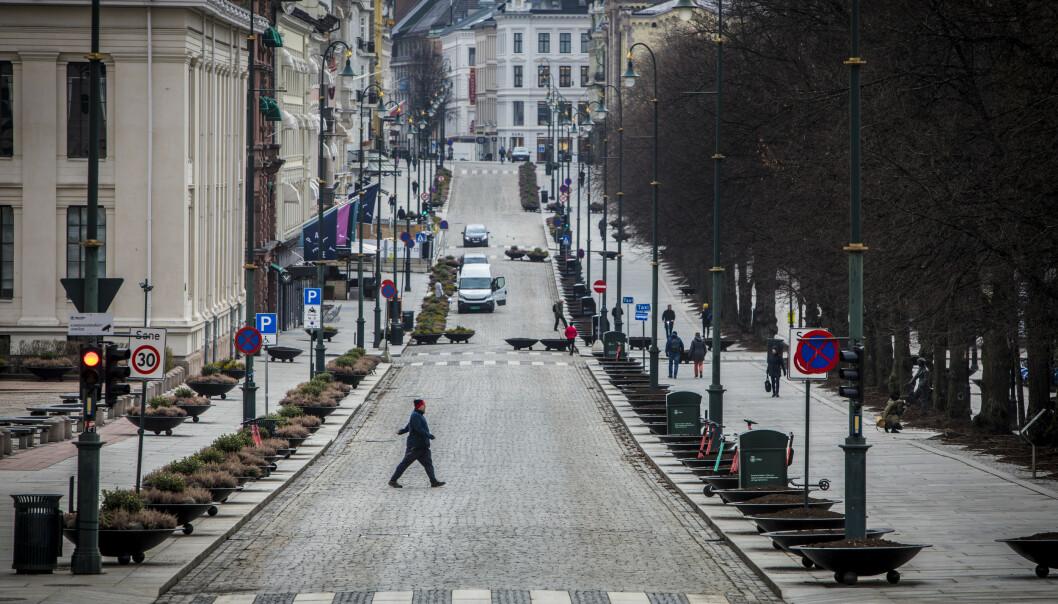 Coronaviruset setter sitt preg på Norge. Tirsdag formiddag var det svært få mennesker ute i Oslo sentrum. Bildet tatt fra et nesten folketomt Karl Johan. Foto: Ole Berg-Rusten/NTB scanpix