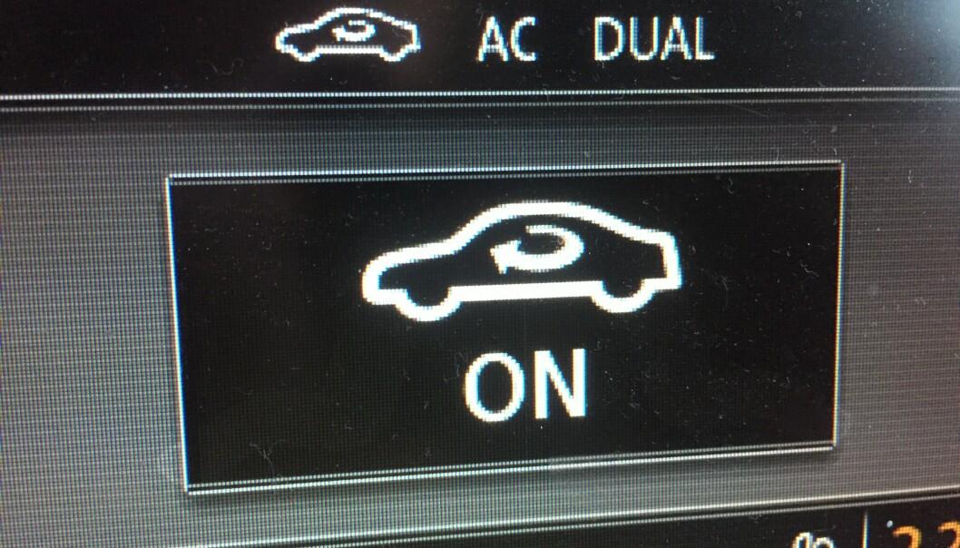 """<strong>IRRITERENDE OG FARLIG:</strong> Ikke alle biler har like tydelig merking av resirkuleringen av kupéluften som denne. Med denne """"on"""" vil vinduene begynne å dugge etter få minutter. Foto: Rune Korsvoll"""