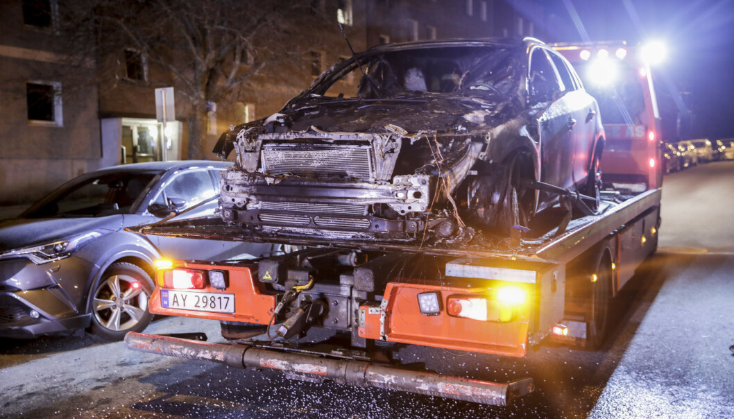 Den utbrente bilen i Martin Linges vei er tauet inn for undersøkelser, som skal bringe på det rene om brannen var påsatt. Kriminalvakta har avhørt mange vitner som varslet om brannen. Foto: Vidar Ruud / NTB scanpix
