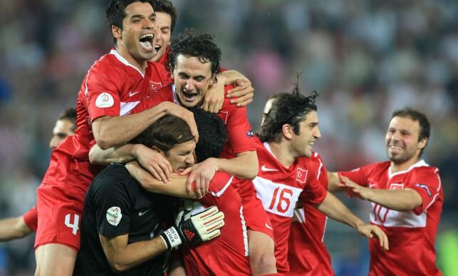 JUBELSCENER: Recber Rustu ble matchvinner da Tyrkia slo Sør-Korea etter straffesparkkonkurranse i bronsefinalen i VM i 2002. Foto: NTB Scanpix.