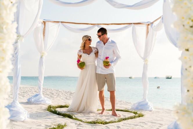 BRYLLUP PÅ STRANDEN: I 2019 giftet Elisa Røtterud seg med kjæresten Simen, på en kritthvit strand på Maldivene. FOTO: @elisarotterud