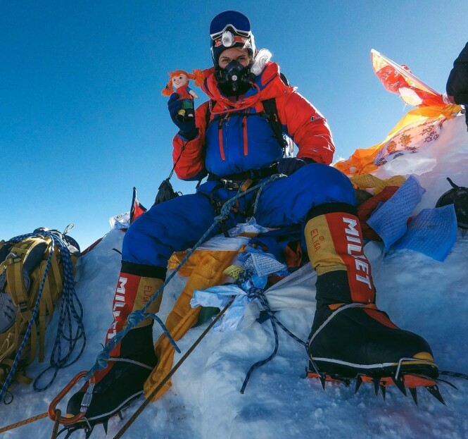 8000 METER OVER HAVET: Elisa på toppen av 8000-meteren Manaslu.  Fjellet har en dødsrate på 20 prosent, men Elisa var heldig med formen og været.  Pippi ble med! FOTO: @elisarotterud