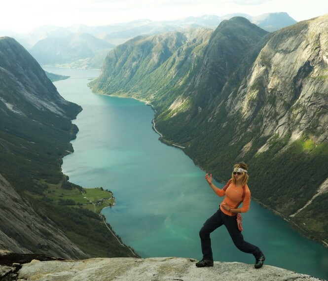 VAKKER NATUR: - Vestlandet! Her er landskapet eventyrlig! Luftgitar på en topp - alltid! FOTO: @elisarotterud