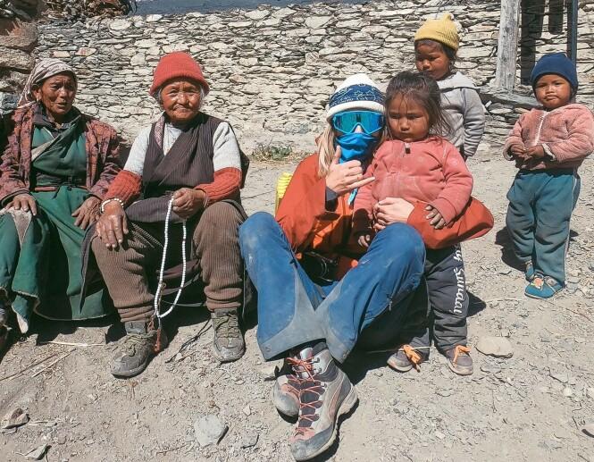 SHERPAFAMILIE: På grensa til Tibet møtte Elisa denne herlige sherpafamilien. - For noen glade og fine folk! FOTO: @elisarotterud