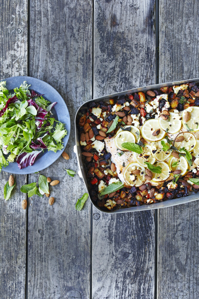 Er du ikke glad i oppvask, kan du lage hele middagen i en form. Tips! I stedet for rødbeter kan du lage retten med gulrøtter, sellerirot og poteter, gjerne i en blanding. FOTO: Winnie Methmann