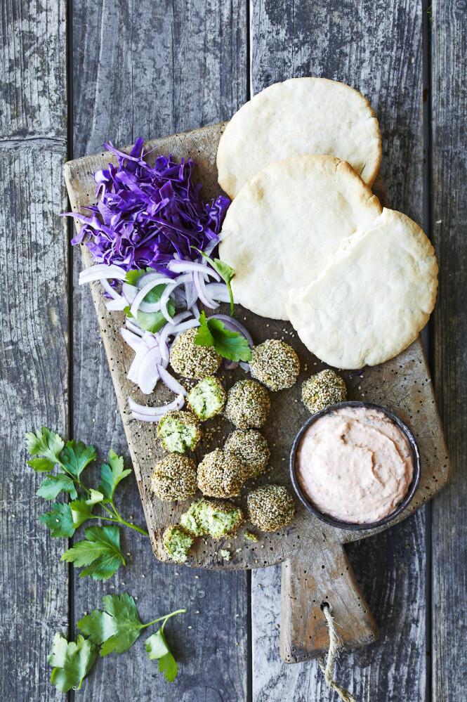 Edamame- falafeler får god smak og flott grønn farge. Tips! Haydari er en deilig tyrkisk dipp som kan minne om gresk tzatziki. FOTO: Winnie Methmann