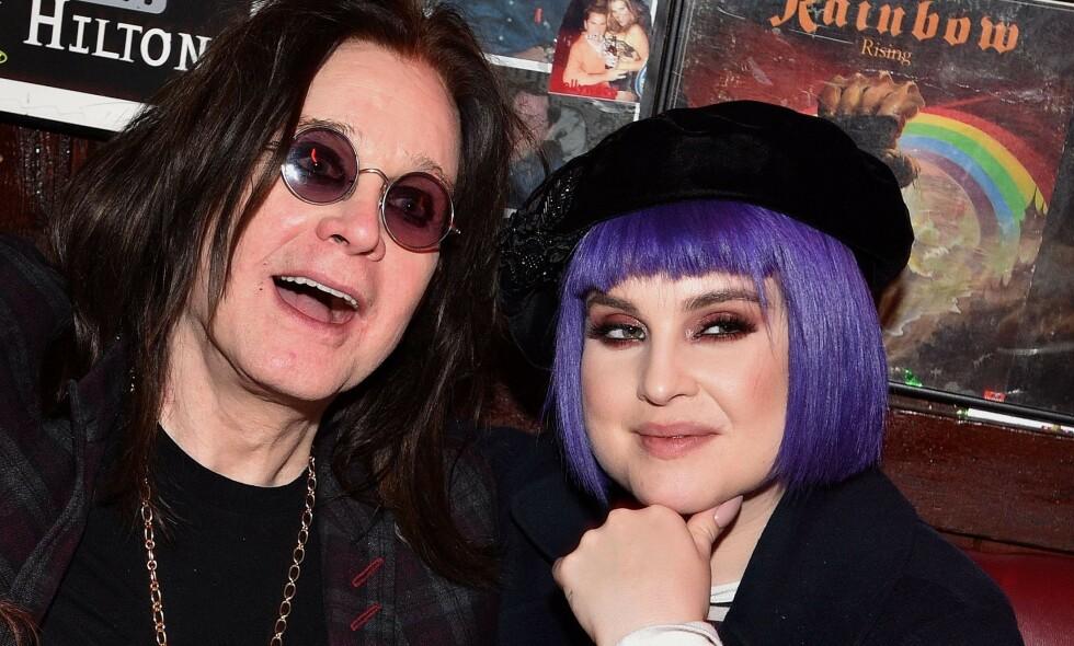 ALVORLIG DIAGNOSE: Det var i januar at det ble kjent at rockestjernen Ozzy Osbourne har fått Parkinson. Nå deler datteren Kelly Osbourne en oppdatering om hvordan det står til med faren og sykdommen. Her er de to avbildet på et arrangement i slutten av februar. Foto: NTB Scanpix