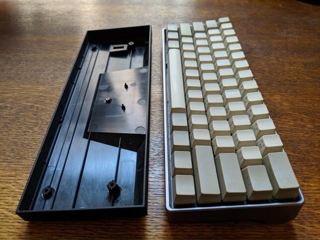 Kabinett i plast til venstre, og tastatur montert i kabinett av aluminium til høyre.