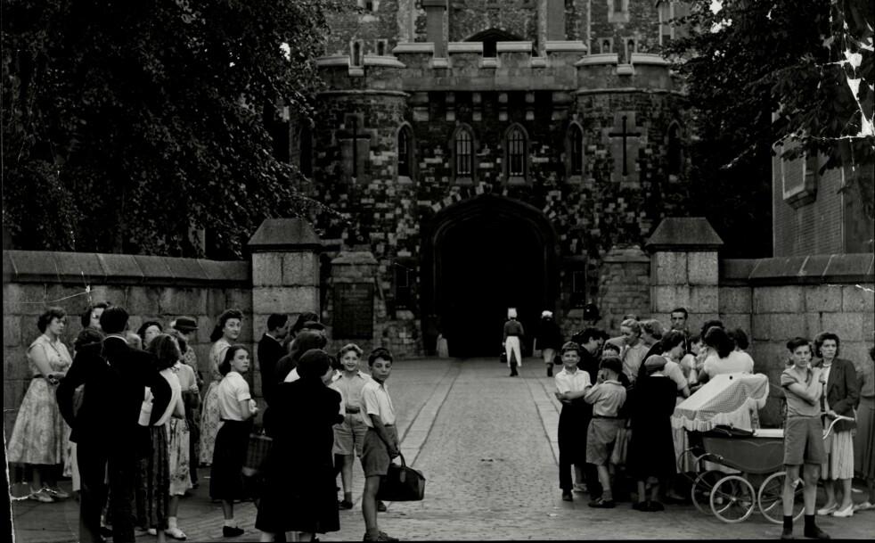 Deler av folkemassen utenfor fengselet der Ruth Ellis ble henrettet. Kvelden før sang de for henne. Om morgenen samlet de seg i stille bønn. Foto: John Twine/ANL/REX/NTB Scanpix