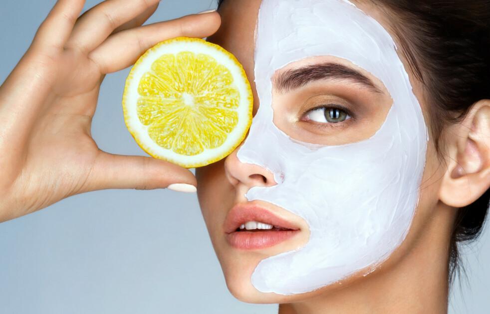 HUDPLEIE: Vi har litt mer tid til å ta vare på huden vår om dagen, men kan det hende at vi faktisk bare gjør ting verre? Foto: NTB Scanpix