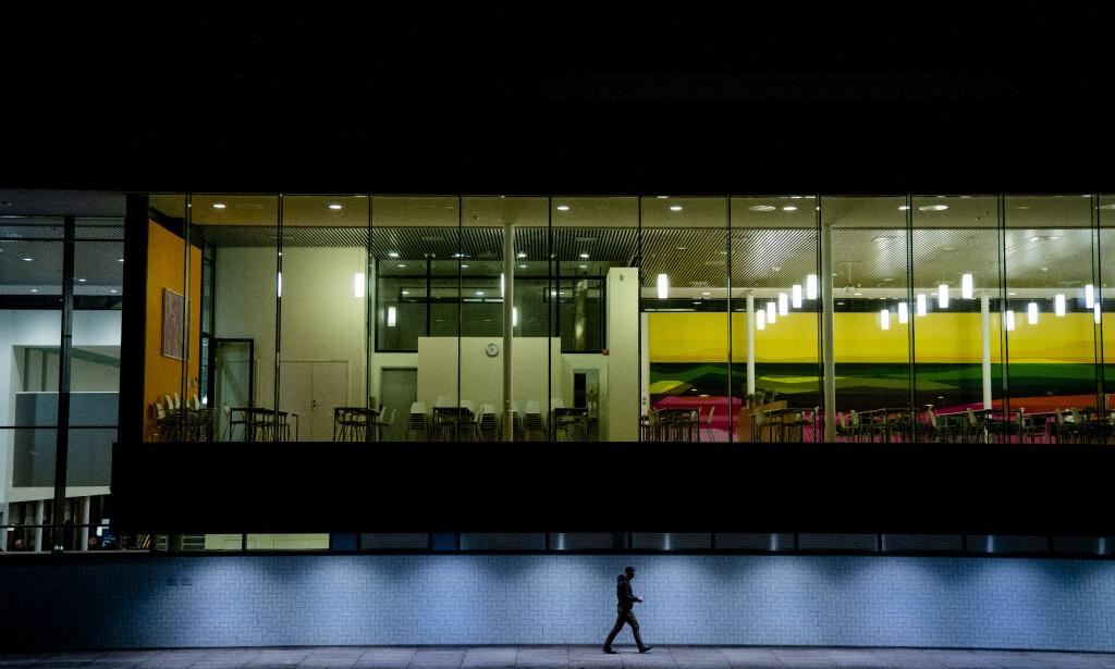 50 DØDE: Totalt 50 personer er døde i Norge som følge av coronaepidemien torsdag kveld. Her hovedinngangen til Akershus universitetssykehus (Ahus). Foto: Stian Lysberg Solum / NTB scanpix