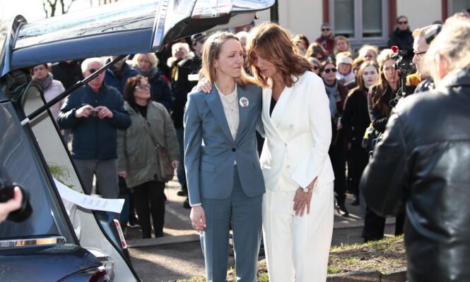 FARVEL: Sara Skorgan Teigen og moren, Anita Skorgan, i bisettelsen til Jahn Teigen. Foto: NTB Scanpix