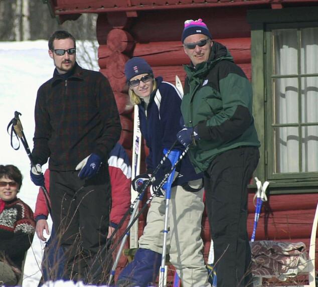 <strong>FAMILIEPÅSKE:</strong> Kronprins Haakon, kronprinsesse Mette-Marit og kong Harald i 2002. Foto: NTB Scanpix