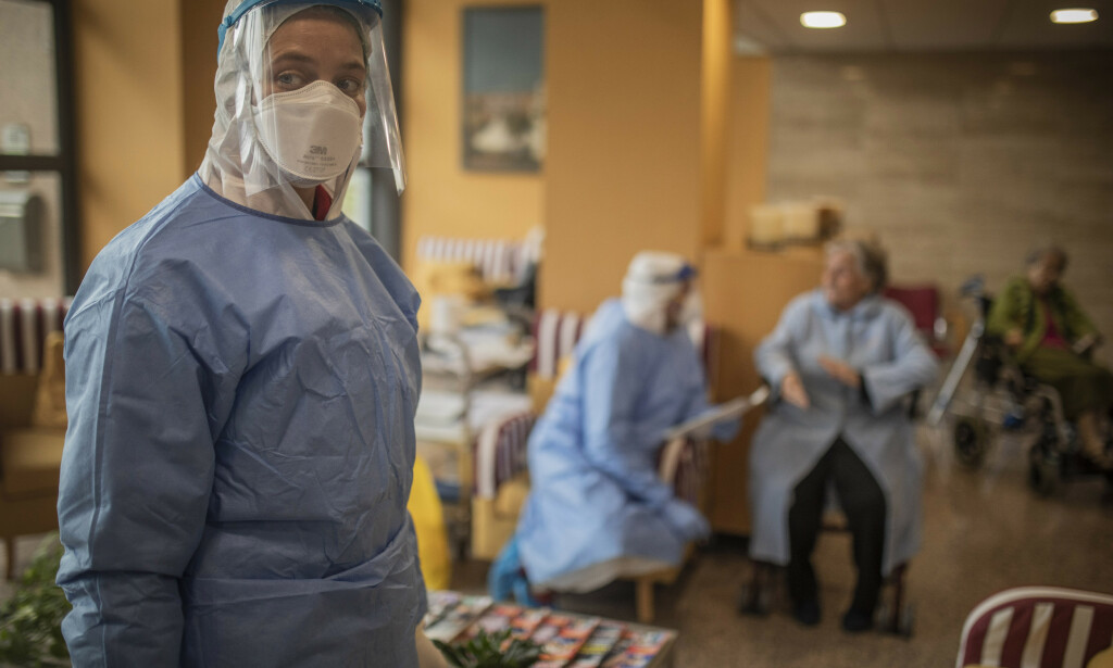 Spanske helsearbeidere jobber døgnet rundt for å ta seg av koronasmittede i Spania, der over 112.000 har fått påvist smitte og over 10.000 er døde. Foto: AP / NTB scanpix