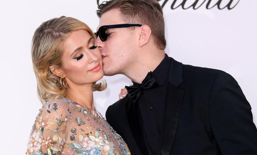 AVLYSTE BRYLLUPET: Paris Hilton og Chris Zylka plana å gifte seg. Det ble det aldri noe av. Her er de to på en veldedighetsgalla under filmfestivalen i Cannes i 2018. Foto: NTB Scanpix