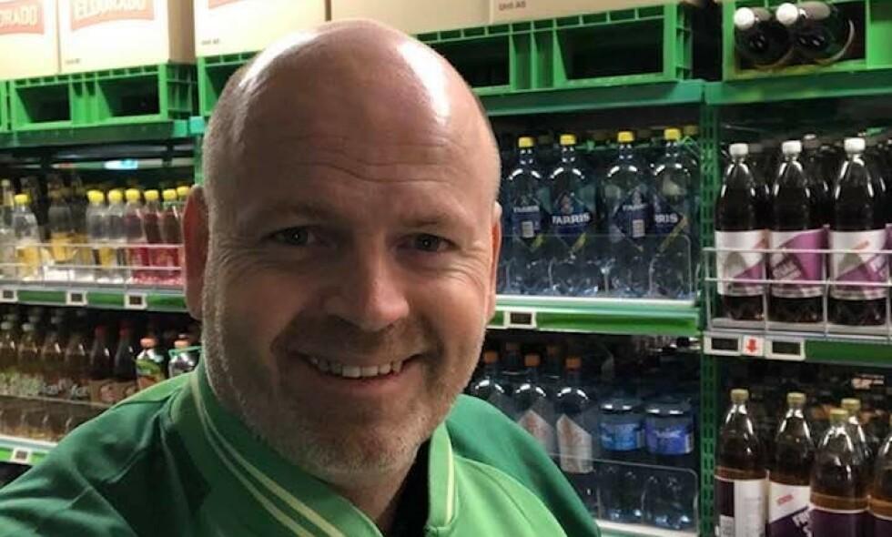 VIL HJELPE: Komiker Tommy Steine vil hjelpe flere gjennom corona-krisen og er for tiden under opplæring på Kiwi. Foto: Privat