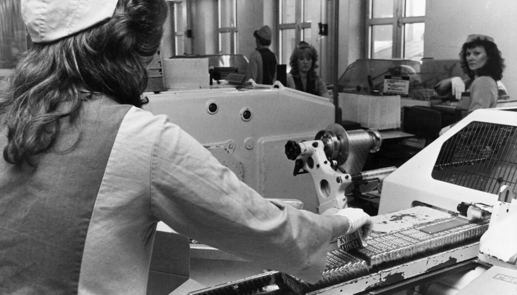 KVIKK LUNSJ-PRODUKSJON: Kvinner ved maskinene på Freia sjokoladefabrikk under produksjonen av Kvikk Lunsj. Foto: NTB/Scanpix