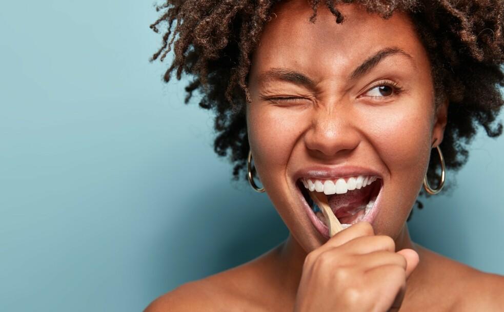 BÆREKRAFTIG TANNPUSS: Tannbørsten Colgate Bamboo Charcoal etterlater ikke bare munnen din ren og sunn, men hjelper også med å ta vare på miljøet. FOTO: Scanpix