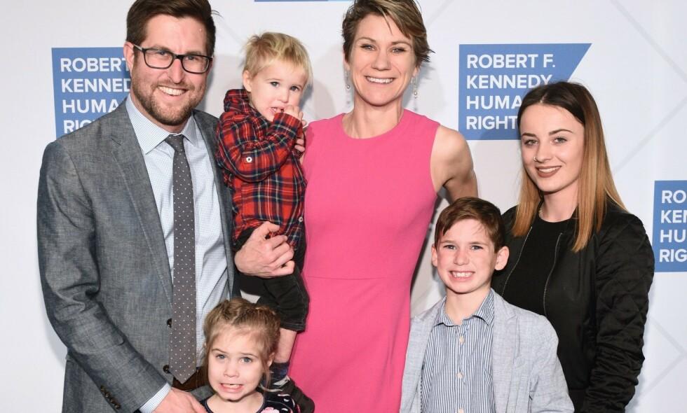 FAMILIETRAGEDIE: Maeve Kennedy Townsend McKean og sønnen Gideon (8) er antatt døde etter at de forsvant på padletur. Her med ektemann og far David KcKean og deres tre andre barn. Foto: NTB scanpix