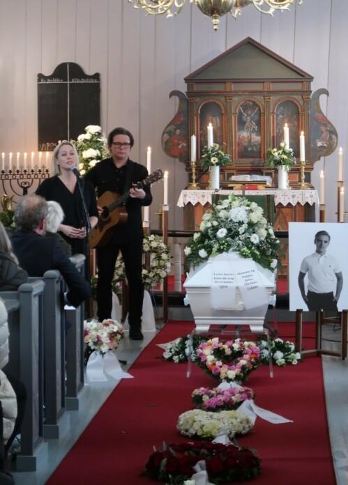 <strong>FAVORITT:</strong> Sangene til Hanne Sørvaag fikk en spesiell betydning for Marcus da han var syk. Derfor sa den folkekjære artisten ja til å synge i begravelsen. Foto: Privat