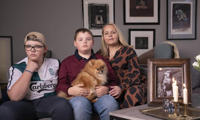<strong>TØFF TID:</strong> Thomas (t.v.), Tobias og mamma Hanne kjenner på et tomrom og savn etter Marcus. Hunden Nova merker også at en i familien er borte. Foto: Espen Solli