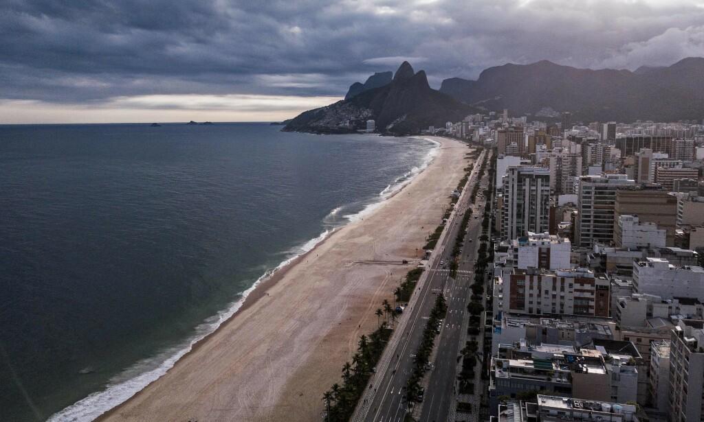 SMITTE: Et steinkast unna Ipaneme-stranda i Rio de Janeiro ligger den fasjonale klubben, Rio de Janeiro Country Club, der minst 60 av 850 medlemmer skal ha fått påvist cornasmitte. Foto: FLORIAN PLAUCHEUR / AFP / NTB scanpix