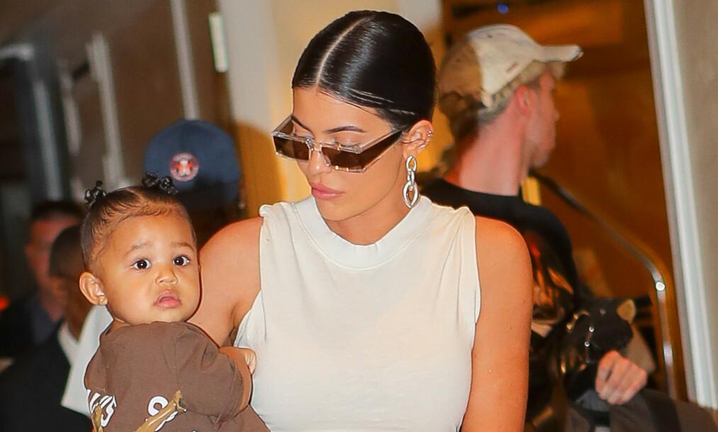 <strong>MAMMA:</strong> For nå holder det med ett barn for Kylie Jenner. Men at hun vil ha flere i fremtiden legger hun ikke skjul på. Foto: NTB Scanpix