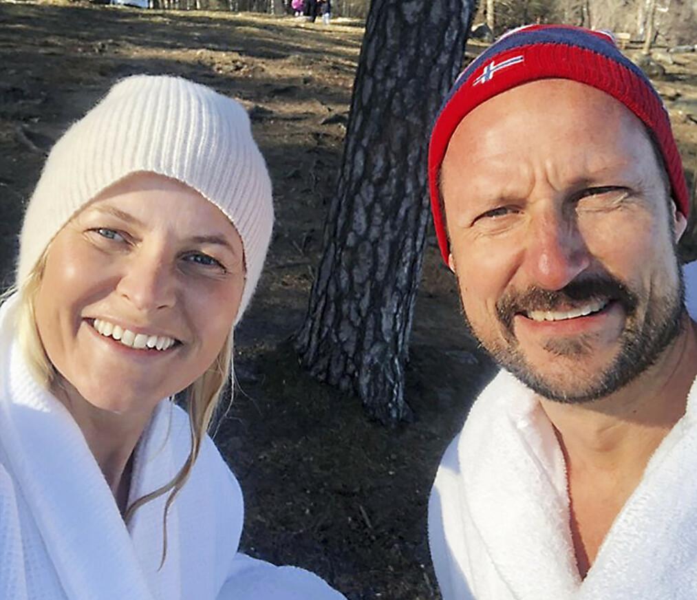 <strong>FOLKELIG:</strong> Ikledd luer og badekåper hilser en nybadet kronprinsesse Mette-Marit og kronprins Haakon folket i denne spesielle tiden.