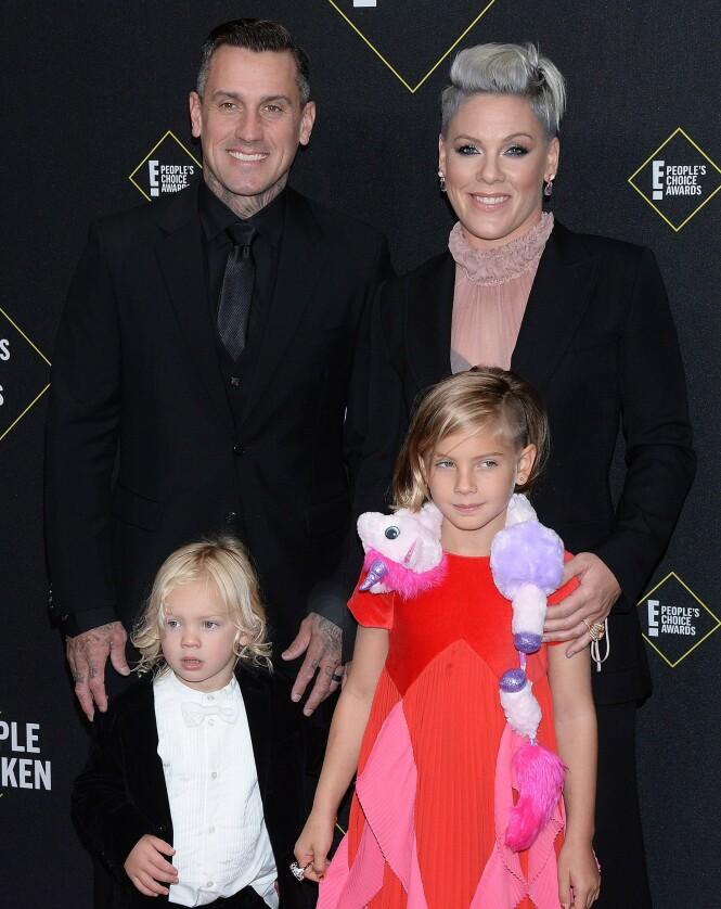 <strong>FAMILIEN:</strong> Her er Pink avbildet sammen med ektemannen Carey Heart, datteren Willow Sage og sønnen Jameson Moon Hart i november i fjor. Foto: NTB Scanpix