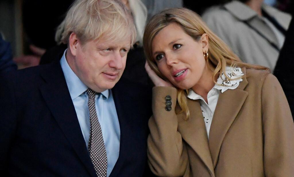GRAVID: Boris Johnson og forloveden Carrie Symonds venter sitt første barn sammen. Den siste tiden har sistnevnte fått påvist coronasmitte mens Carrie ikke har testet seg. Foto: NTB Scanpix