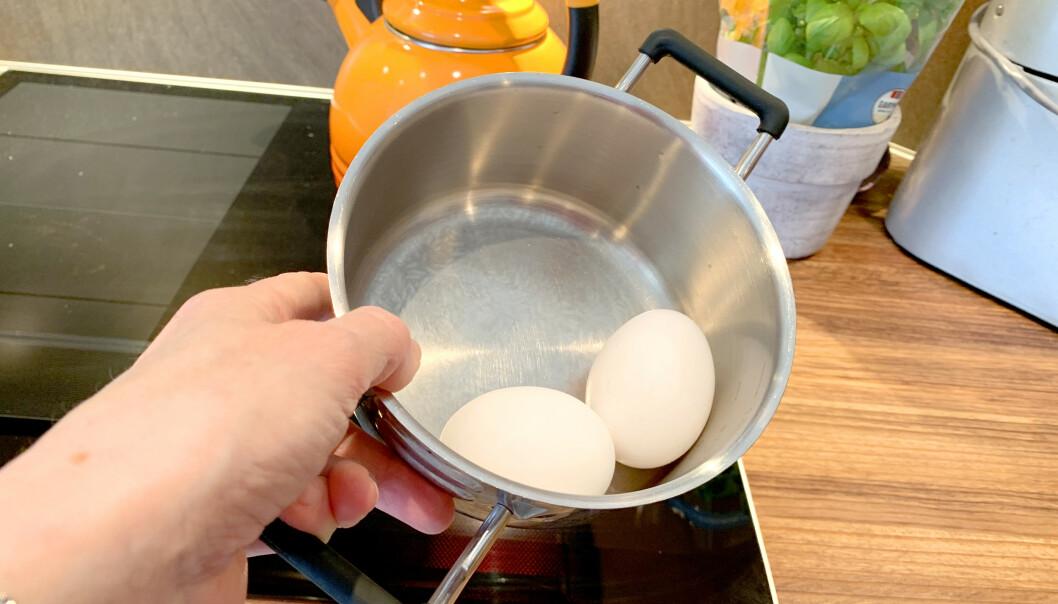 <strong>NEI:</strong> Den smarteste måten å koke egg på er ikke i kjele - men i eggkoker, ifølge en svensk test. De har målt energiforbruket ved koking i eggkoker sammenliknet flere varianter av eggkoking i kjele. Selv om det går like raskt å koke egg i kjele på induksjonstopp som i eggkoker, bruker du faktisk 80 prosent mer strøm dersom du velger induksjonsvarianten. Foto: Kristin Sørdal