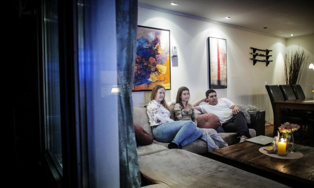 HJEMME: Familien har droppet all fysisk kontakt - bare Adrian går fortsatt på jobb. Fra venstre: Pia Viker Farias, datteren Lea og Adrian Farias. Foto: Bjørn Langsem/Dagbladet.