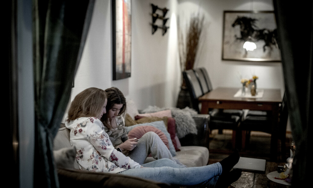 TO OM DET: Mamma Pia Viker Farias og Lea, på sofaen hjemme - i kveld som så mange andre kvelder den siste måneden. Foto: Bjørn Langsem/Dagbladet