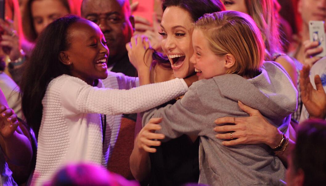 <strong>MYE KJÆRLIGHET:</strong> Det er ingen tvil om at det er sterke bånd mellom mor og barn. Her med Zahara og Shiloh i 2015. Foto: NTB Scanpix