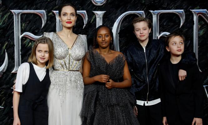 <strong>BEKYMRET MOR:</strong> Storesøsteren Zahara har gjennomgått en rekke operasjoner. Her er Angelina sammen med hele barneflokken på premieren av sin siste film «Maleficent: Mistress of Evil» i oktober i fjor. Foto: NTB Scanpix