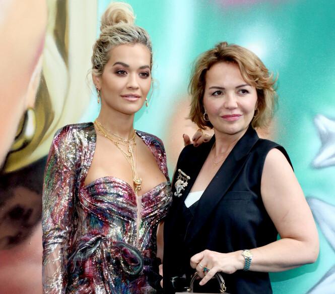 <strong>HYLLES:</strong> Rita Ora roser mora Vera for jobben hun gjør under coronakrisen. Nå vil hun selv hjelpe til. Foto: NTB Scanpix