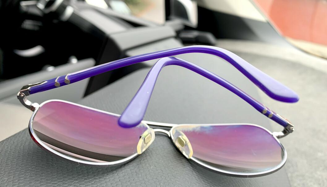 <strong>NEI OG NEI:</strong> Solbrillene bør ikke legges med brilleglassene ned - og de bør ikke oppbevares i bilen. Et annet sted du ikke bør oppbevare solbrillene, er på hodet ... Foto: Kristin Sørdal