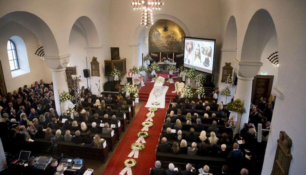 <strong>FULLSATT KIRKE:</strong> Begravelsen i Skien ble emosjonell. Foto: NTB scanpix