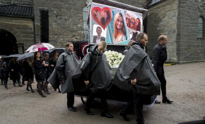 <strong>PERSONLIG:</strong> En skjerm med bilder av Liv Marit på gjorde begravelsen mer personlig. Foto: NTB scanpix