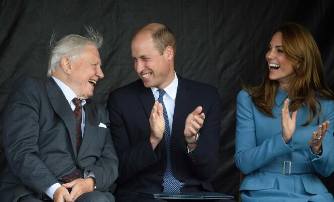 <strong>BÅTDÅP:</strong> I september var det god stemning mellom hertugparet og Sir David Attenborough, da han skulle få et skip døpt etter seg. Foto: NTB Scanpix
