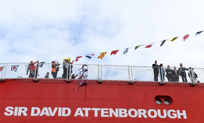 <strong>POLARSKIP:</strong> Dette skipet fikk navnet RRS Sir David Attenborough. På dekk til høyre kan man se hertugparet og programlederen. Foto: NTB Scanpix