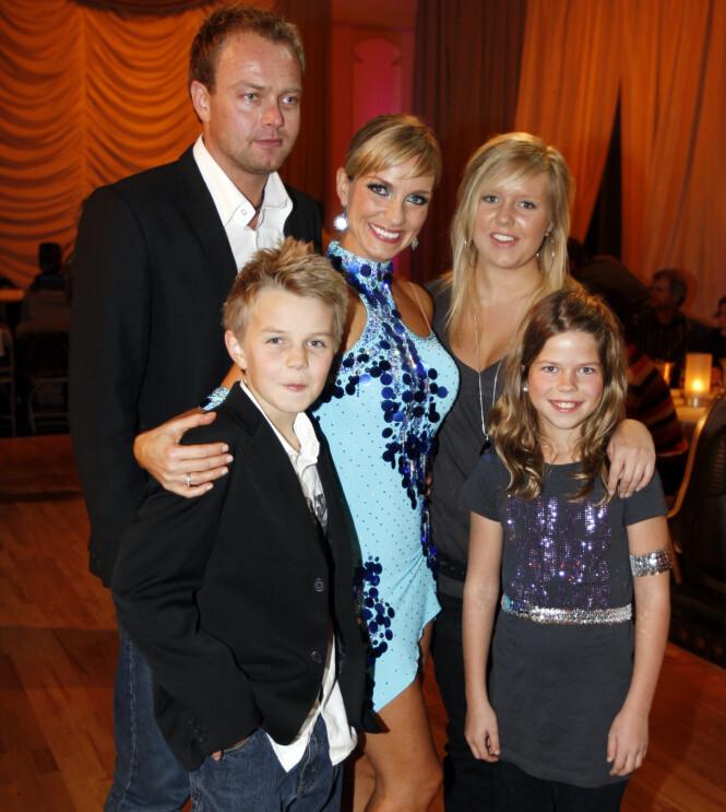 <strong>HELE FAMILIEN:</strong> Her er hele familien samlet i 2007. Bergans sønn Anders poserer med stesøstrene Charlén og Stine. Foto: NTB scanpix