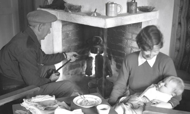 GERHARDSEN: Landsfaderen Einar Gerhardsen promoterte hyttelivet som et viktig folkehelsetiltak. Her koker han kaffe på peisen med kona Werna og sønnen Rune ved sin side. Foto: Aktuell / NTB scanpix)   FOTO: Aktuell /