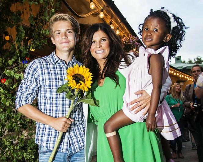 <strong>TOBARNSMOR:</strong> Carola med sønnen og datteren Zoe (11) en sommerdag i 2013. Foto: Scanpix.
